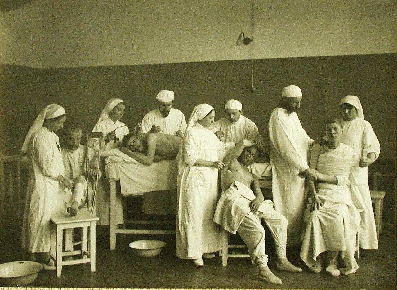 20. Врачи и сестры милосердия обрабатывают раны больных в перевязочной