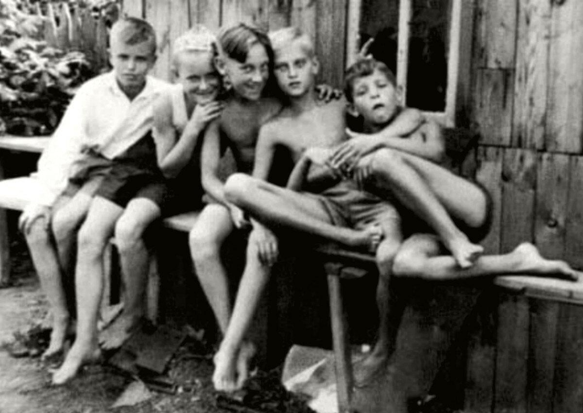 1951. Володя Высоцкий с друзьями на даче в Валентиновке под Москвой.