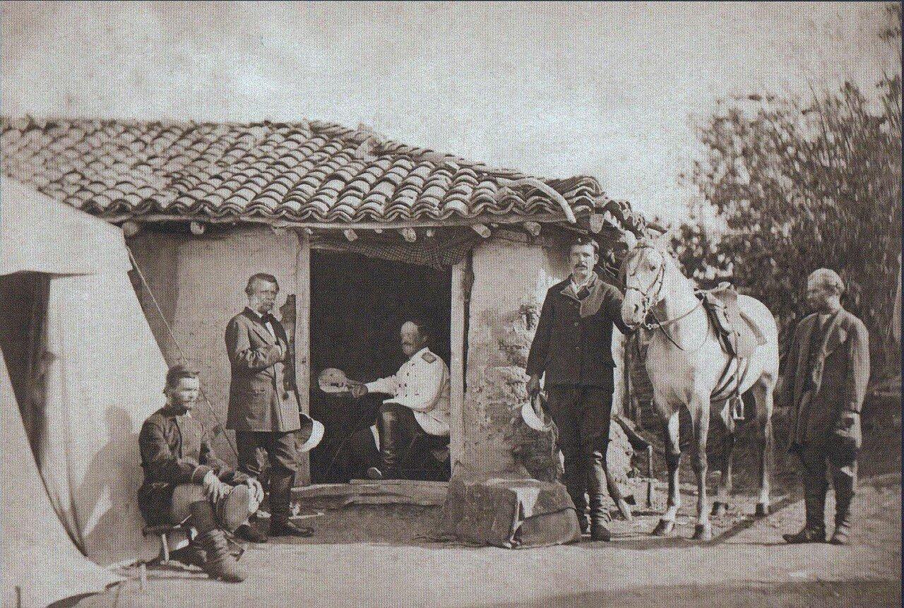 19. Граф Игнатьев среди сотрудников в Горной Студене, сентябрь 1877
