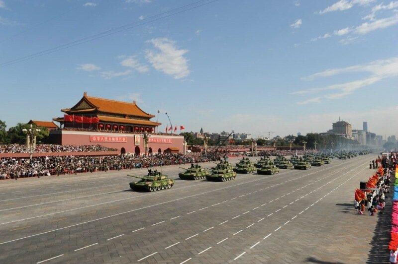 Внедорожник врезался в толпу людей на главной площади Пекина
