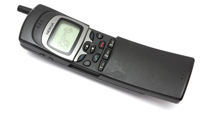 Nokia 8110 (1996). В том же году, когда Motorola выпустила StarTAC, Nokia выпустила Nokia 8110. Это