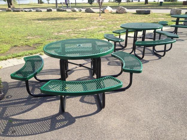 На левую скамейку прохожие садятся только тогда, когда у них нет другого выбора.