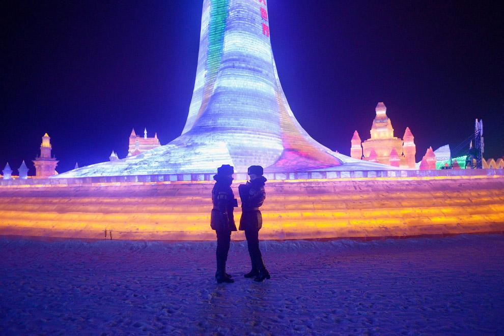 11. Размах поистине китайский. Для возведения некоторых ледяных конструкций используются высотные кр