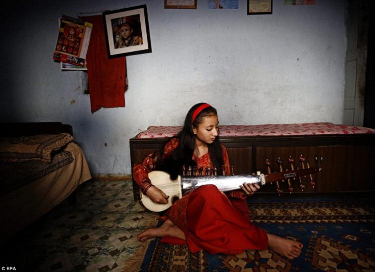 Пока Самита Баджрачари не ходила в школу она многое пропустила, на фото она занимается с учител