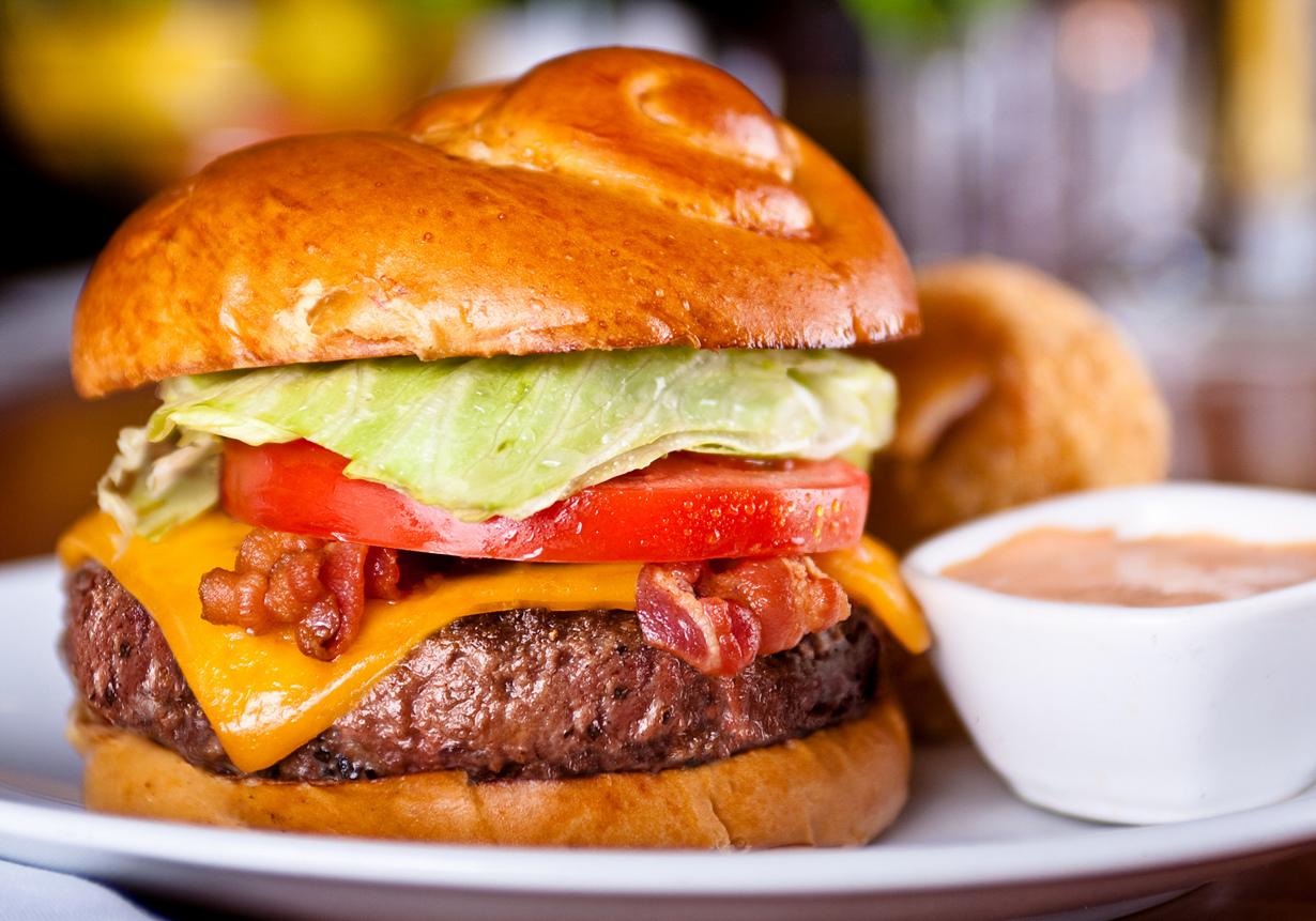 Название гамбургера происходит от названия немецкого города Гамбурга. (Kurman Communications, In