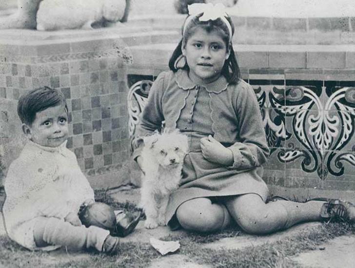 В своей книге 2002 года акушер Хосе Сандовал написал, что девочка была нормальным ребенком с психоло