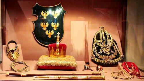 Корона для коронации австрийского эрцгерцога Иосифа. Собачий ошейник, сумка сокольничего, манок и два колпачка для соколов