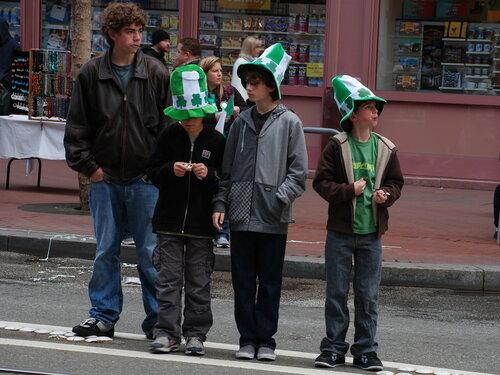 Дети в ирландских шляпах