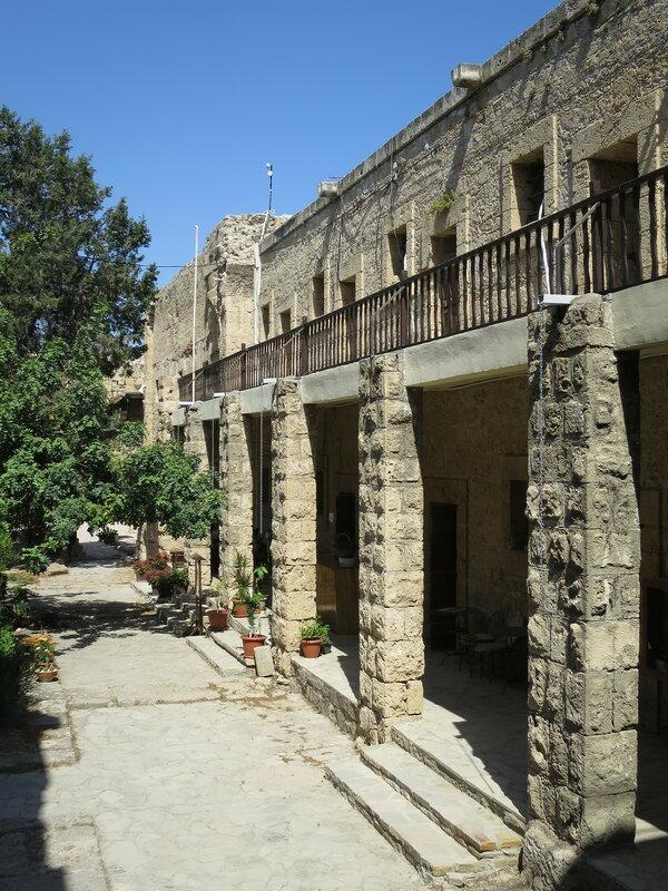 Хозяйственные постройки вдоль северной стены (26)