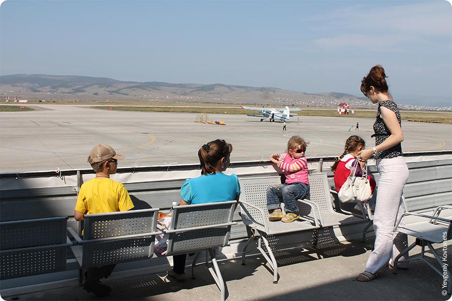 вид с балкона на взлетно-посадочную полосу аэропорта Байкал, Улан-Удэ, Бурятия
