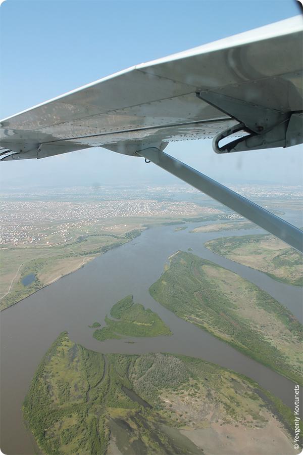 Вид сверху на селенгинские острова в окрестностях поселка Сужа, г. Улан-Удэ, крыло сессна 208