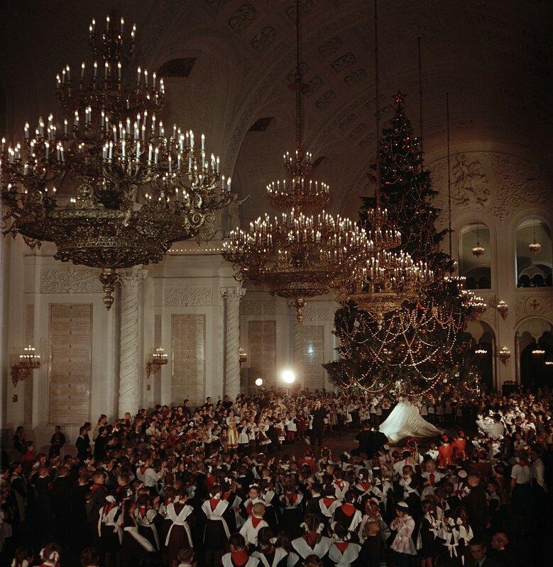 236149 Новогодняя ёлка в Георгиевском зале Кремлёвского дворца 1950-е С. Фридлянд.jpg