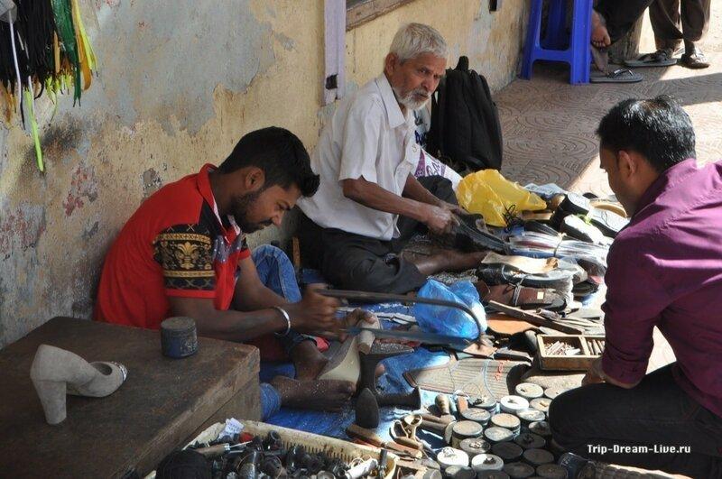 Уличные умельцы отпиливают каблук