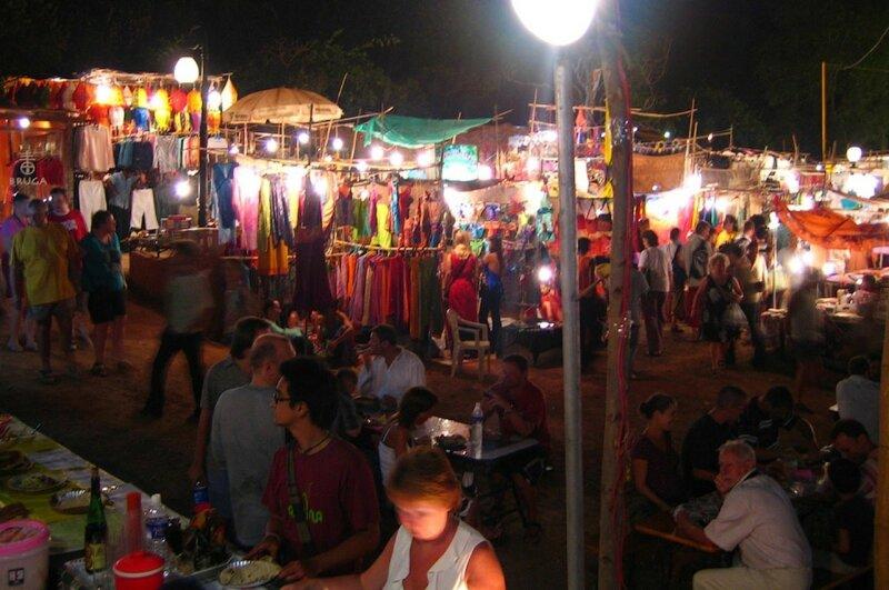 Ночной субботний рынок в Арпоре (фотография с форума ogoa.ru)