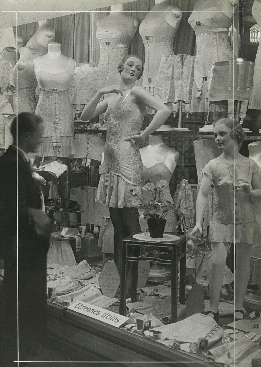 1930. У витрины