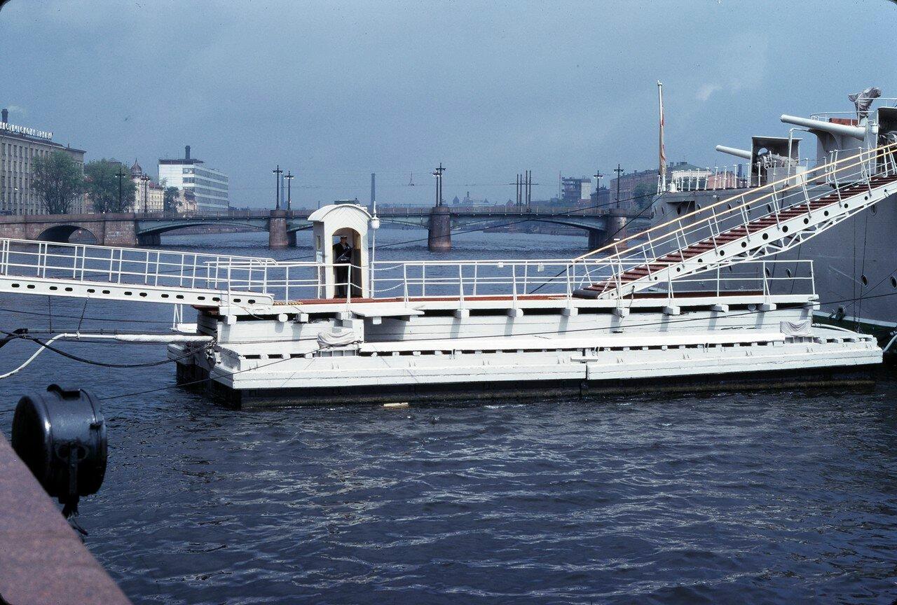 Невка, впадающая в Неву, справа крейсер Аврора
