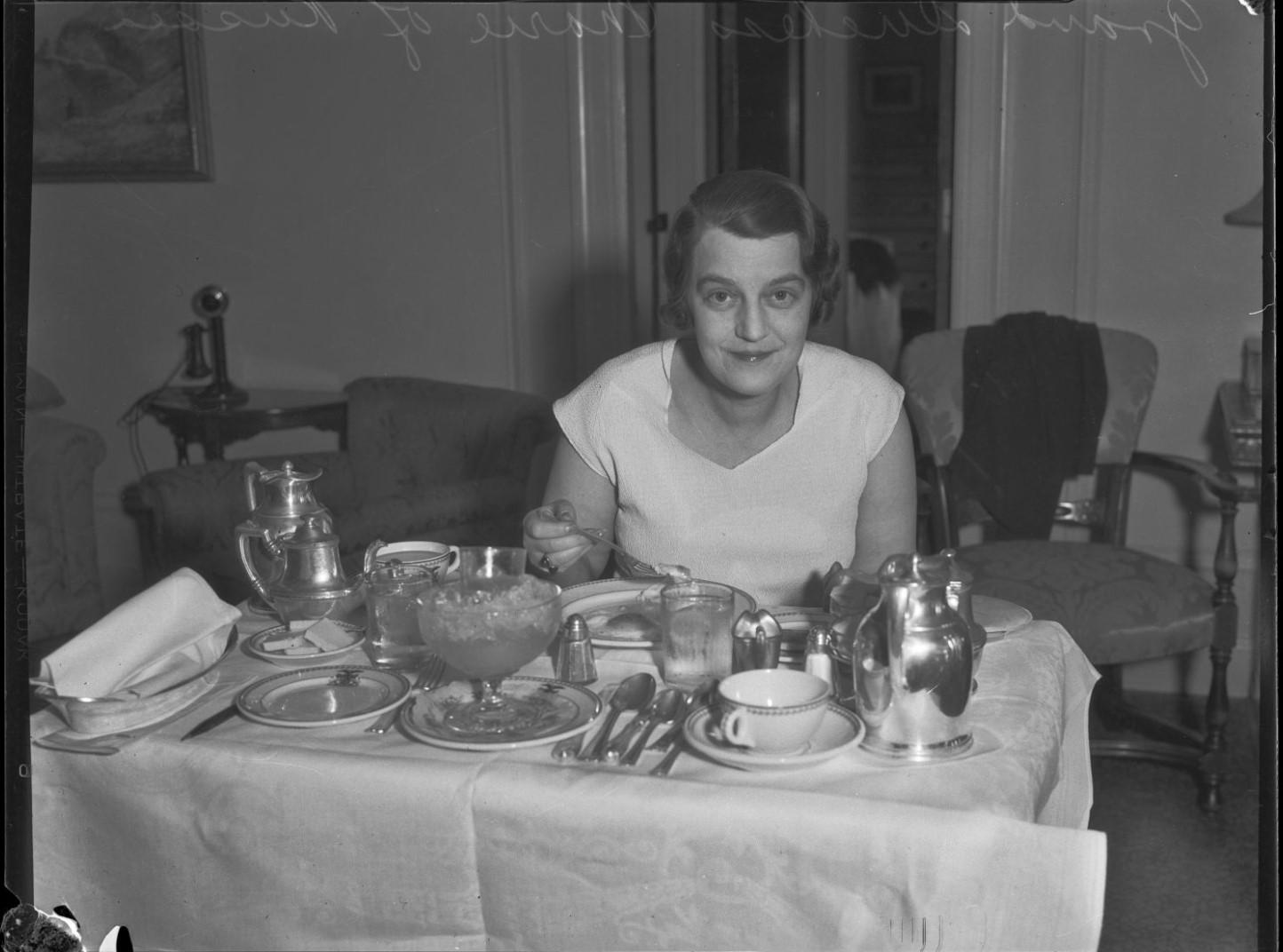 1932. Великая княгиня Мария Павловна во время завтрака. Лос-Анджелес
