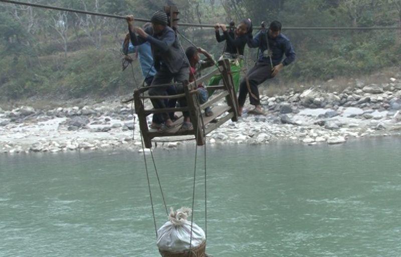 Нелегкий путь в школу непальских детишек