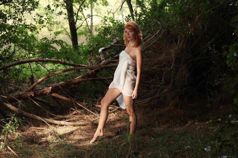 Рыжая Mia Sollis разделась в лесу