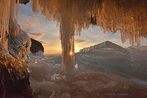 Байкал. Закат из ледяной пещеры.