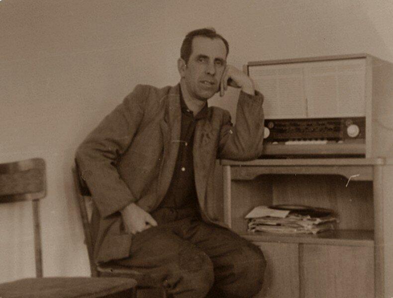 Портрет с радиоприемником.