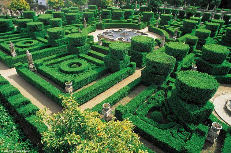 3. Сады Глендурган, Англия. Лабиринт с маленьким домиком в центре