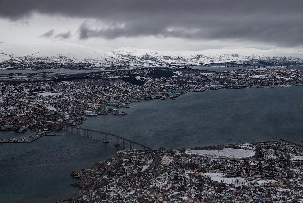 В Тромсё есть памятник полярной экспедиции Амундсена. Именно отсюда был доставлен корм для его ездов