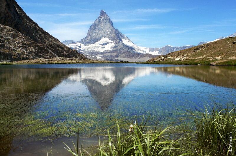 красуется гора у зеркала воды