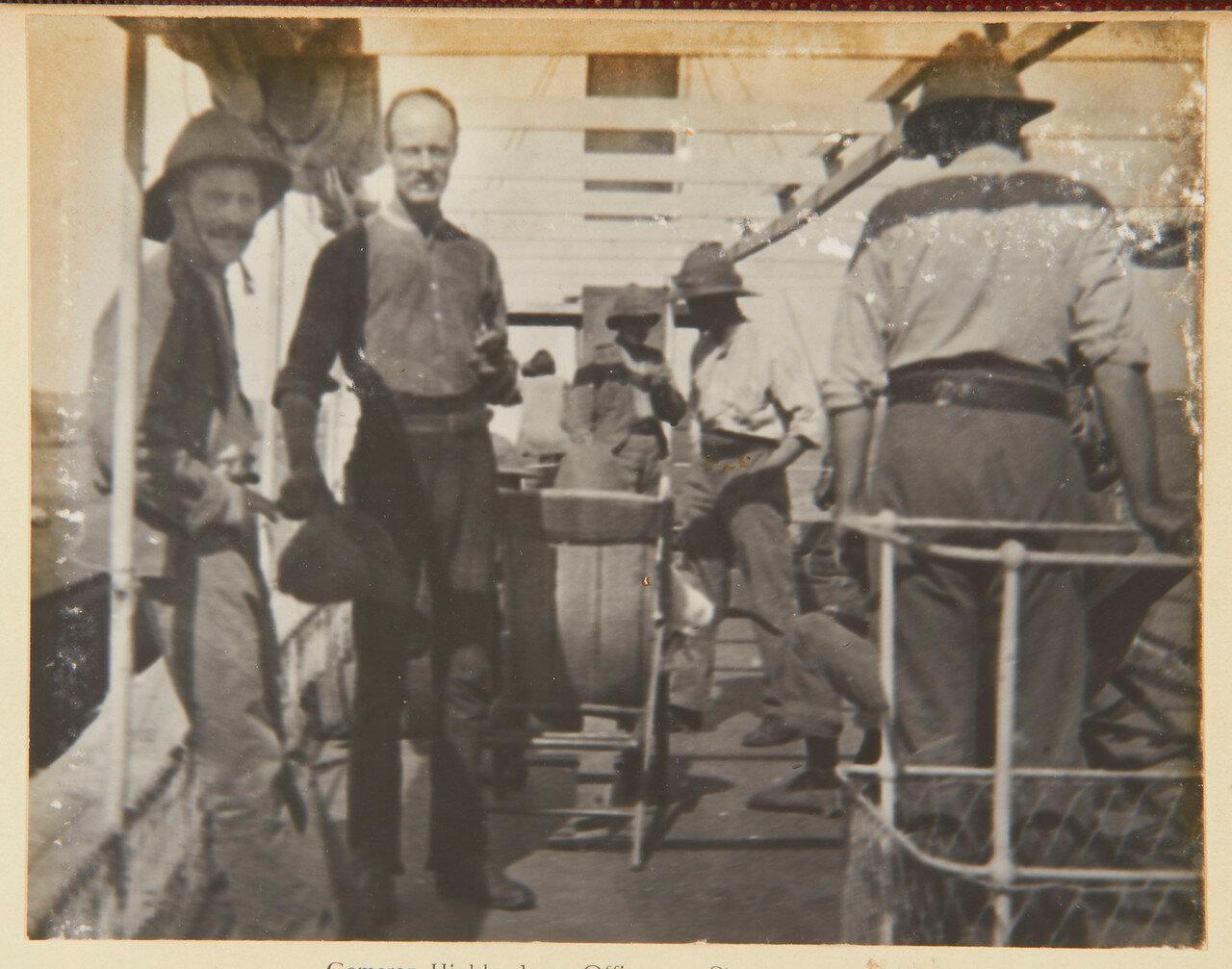 Офицеры Собственного королевского Камерон-хайлендерского полка на пароходе, слева направо капитан МакФарлан; лейтенант МакЭван; капитан Дж. Кэмпбелл