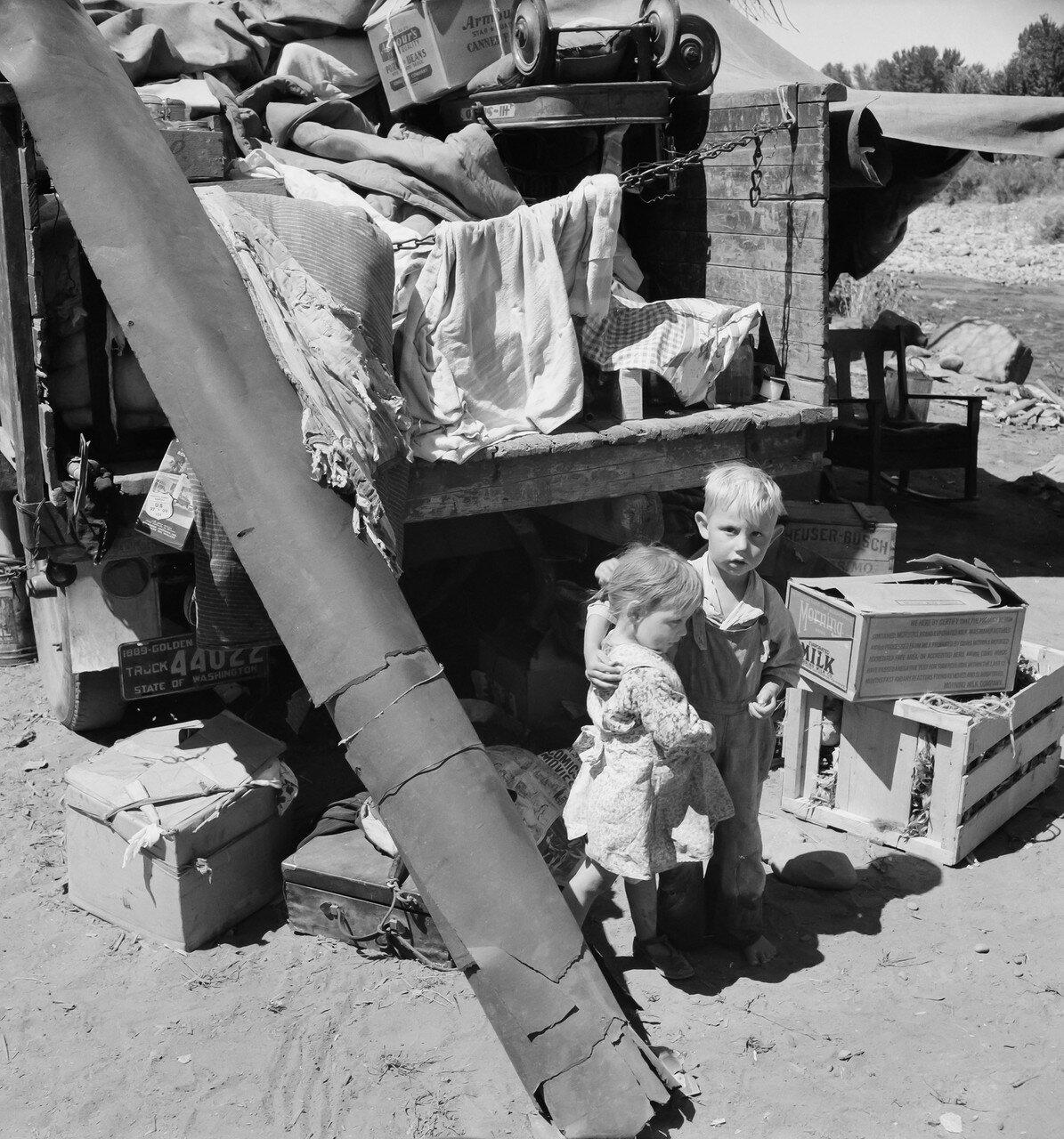 1939. Дети мигрантов, живущие в «Рамблер парке». Они бродяжничали почти три года. Девять детей в семье. Долина Якима