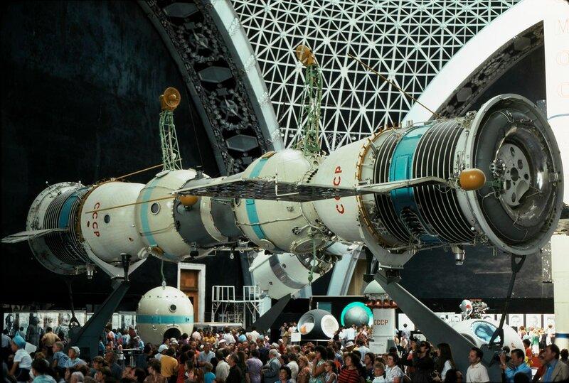 ВДНХ. Павильон Космонавтики, два состыкованных корабля
