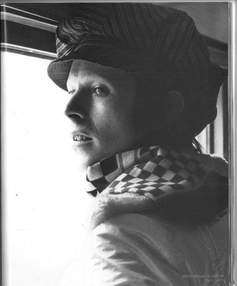 1973. Дэвид Боуи в коридоре вагона во время путешествия по Транссибу