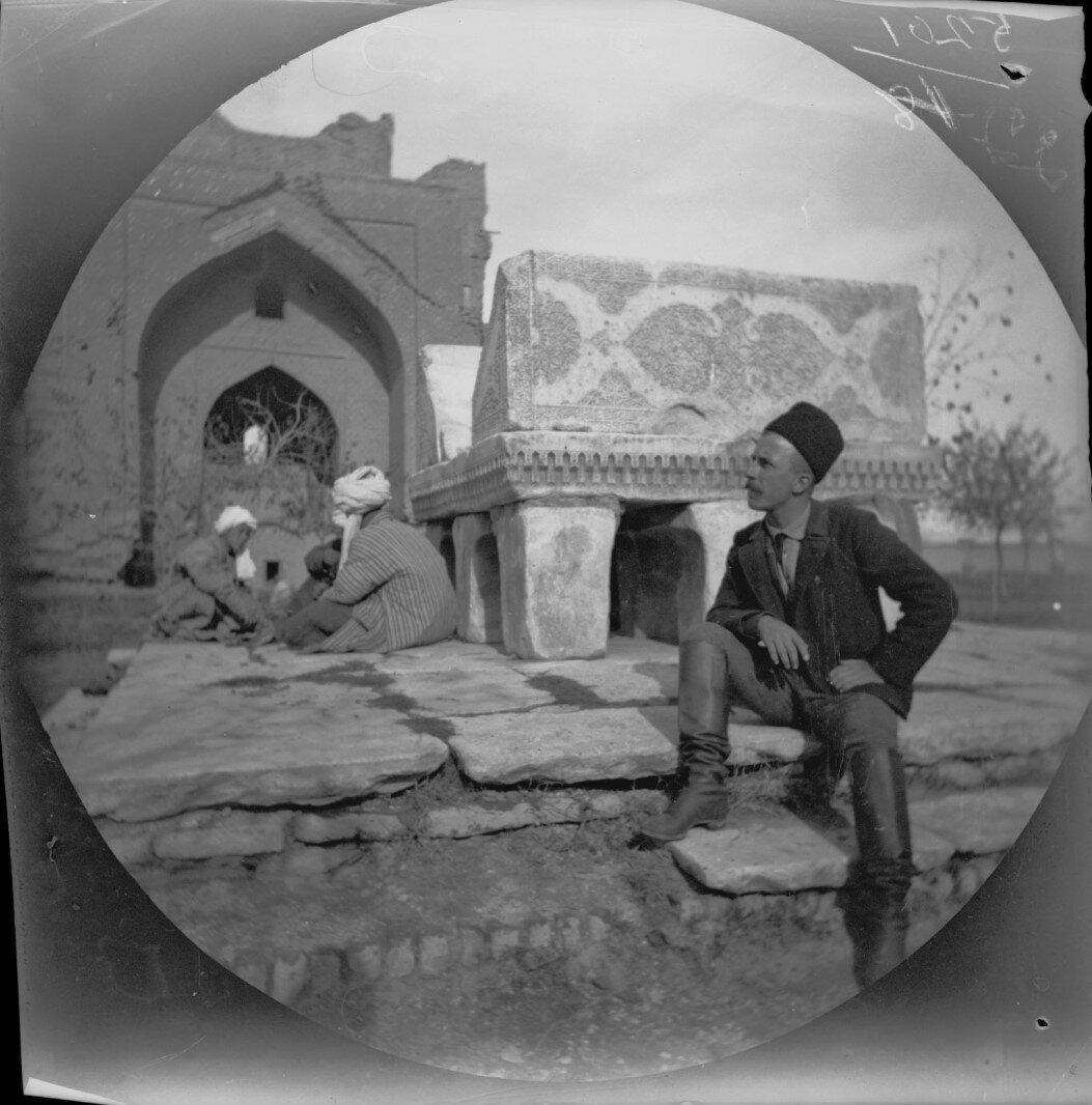 14 ноября. Самарканд. Томас Аллен во дворе мавзолея Биби Ханым.