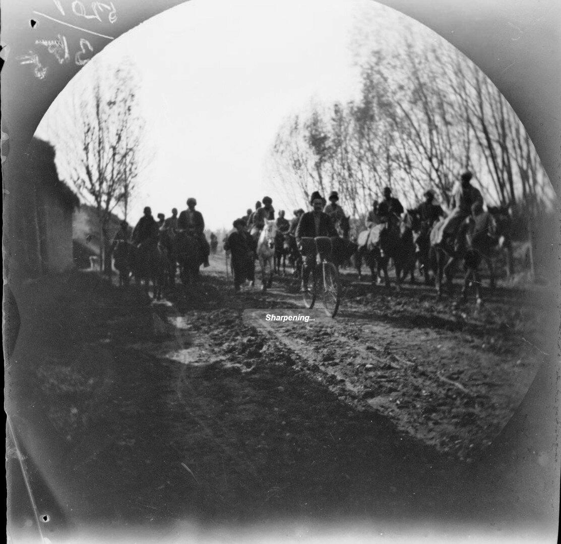 19 ноября. Чиназ. По дороге на базар. Томаса Аллена на его велосипеде преследуют любопытные киргизы и сарты на лошадях