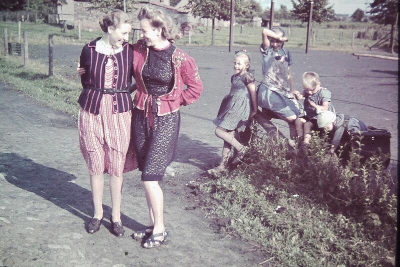 1937 Damen und Kindergruppe.jpg