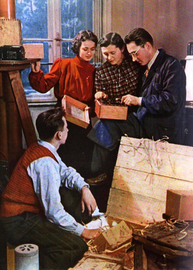 1954 В Ужгородском ГУ Студенты Александр Парлаг, Ольга Кевер, Тереза Мудрак и лаборант Б.И. Гегелюш распаковывают ящики с оборудованием. Фото И. Тункель.jpg