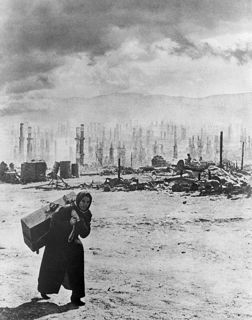 Мурманск после бомбардировок (1942 год). Фото Евгений Халдей Фотохроника ТАСС.jpg