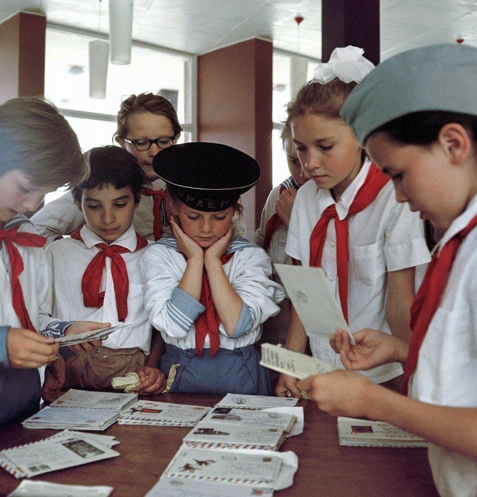 Пионеры разбирают пришедшую почту, 1967 год Ю. Меснянкин Фотохроника ТАСС.jpeg