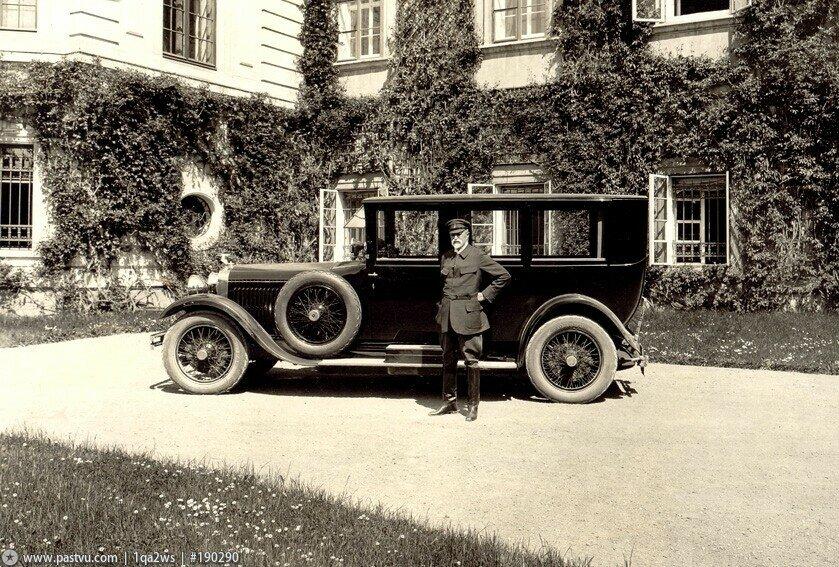 1928 Prezident Masaryk u auta.jpg
