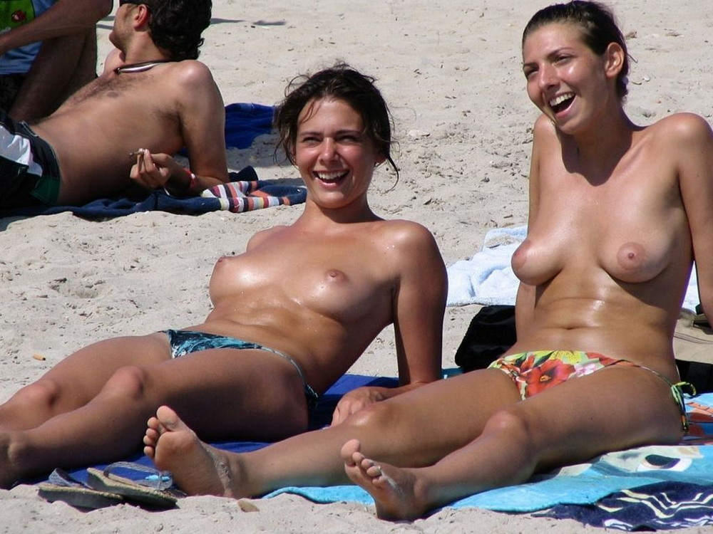 На нудистских пляжах