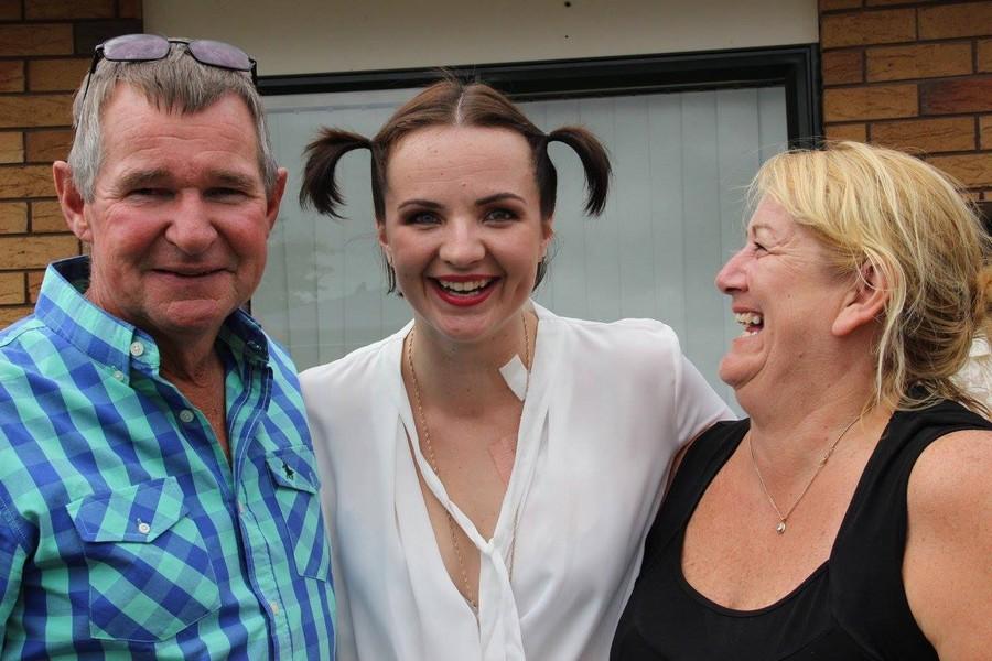 Девушка начала годовое лечение от рака вечеринкой с барбекю, тортом и шампанским