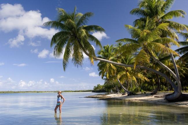 Формально эти острова — часть Новой Зеландии, но от этого архипелага они находятся в 2008 километрах
