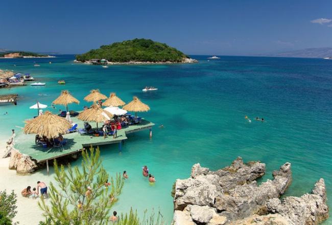 Южная оконечность Албании — идеальное место для тихой жизни. Рядом — небольшой город и национальный
