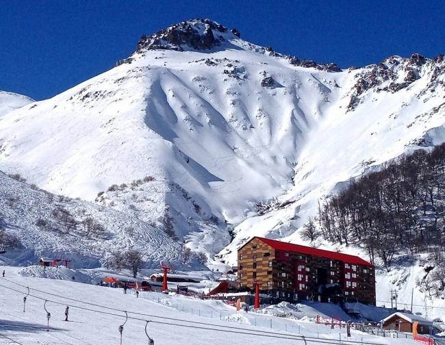 Здесь находятся одни из лучших горных склонов Южной Америки. Анды как-никак. Кататься на лыжах здесь