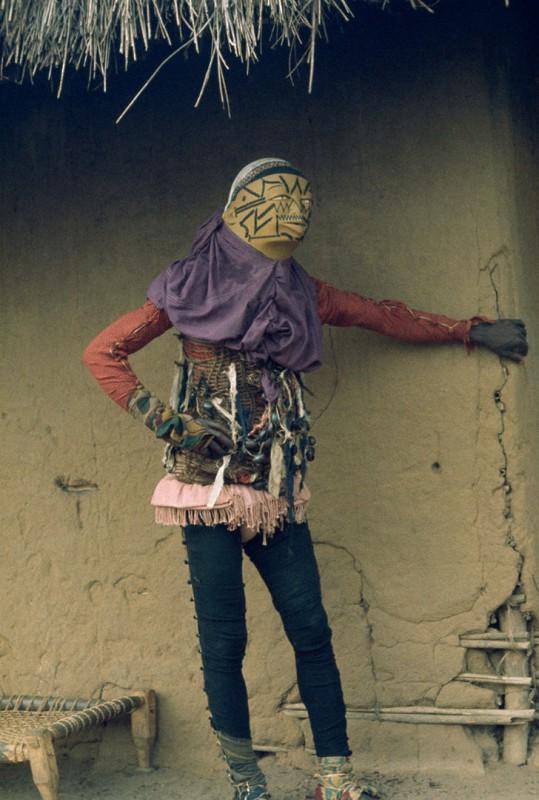 Танцор мапико в костюме, изображающем зло, Мозамбик, 1964 год.