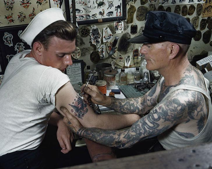 Моряку делают татуировку на руке, Вирджиния.