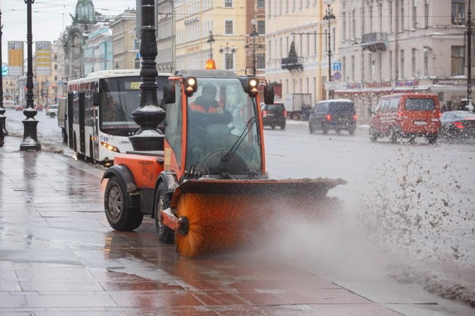 Улицы Петербурга убирают отснега практически  900 машин