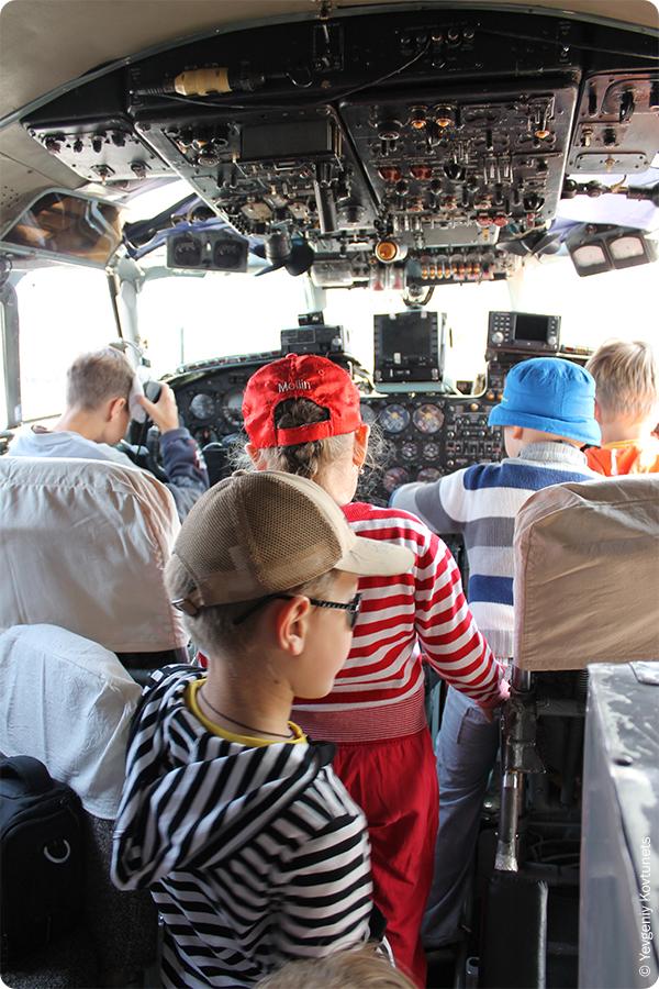 кабина пилотов Ан-24, приборка, штурвалы и фонарь