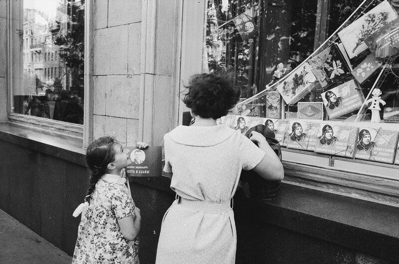 438306 У витрины магазина на улице Горького 1961 Comet Photo AG (Zürich).jpg