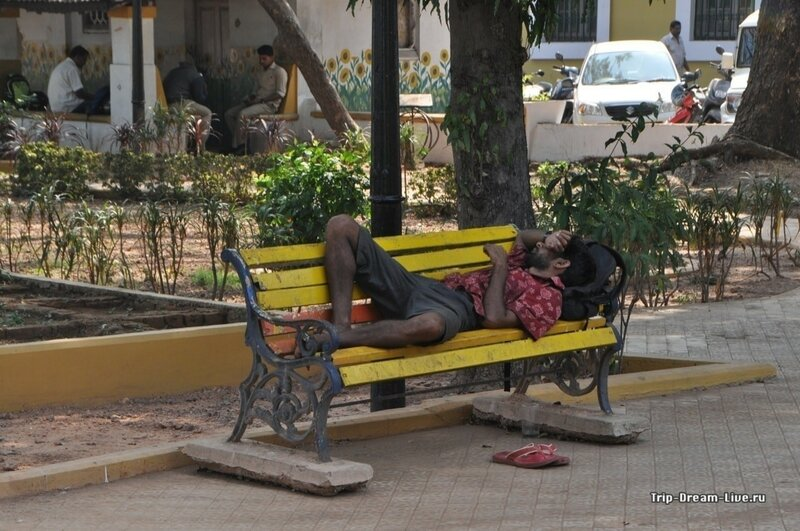 Сиеста в парке напротив секретериата в Пананджи